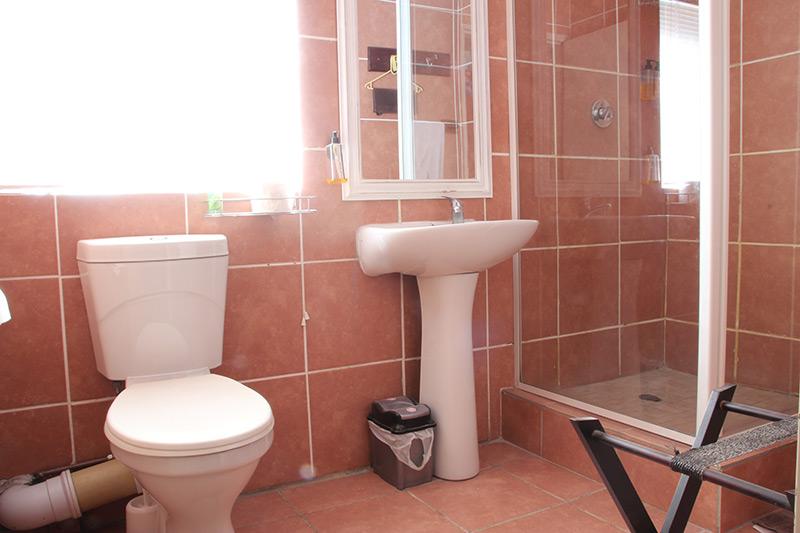 The Red Room en-suite bathroom
